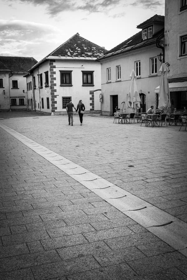 Radovljica, Eslovênia - 24 de maio de 2019: vista na cidade velha bonita de Radovljica, par de turistas que sightseeing fotografia de stock royalty free