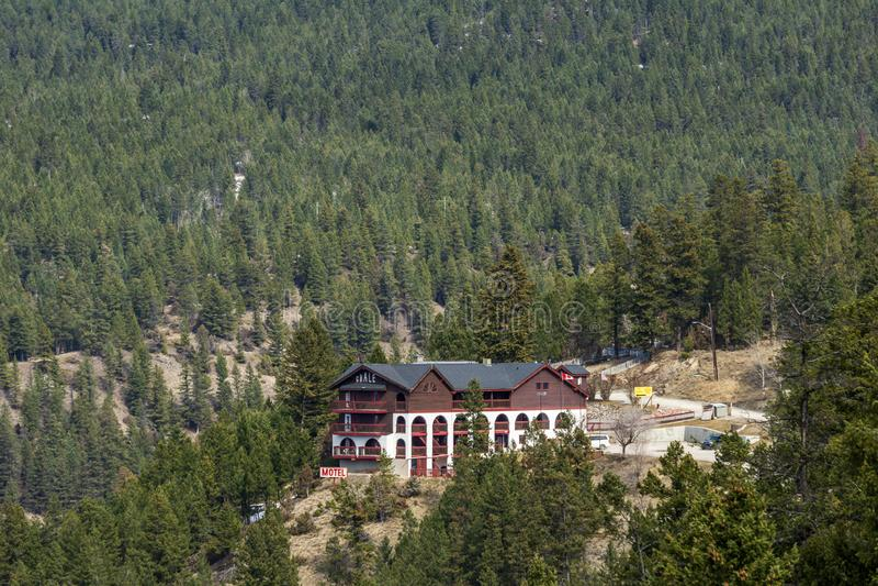 Radowe Gorące wiosny KANADA, MARZEC, - 23, 2019: motelu iłołupek w Skalistych górach na jaskrawym chmurzącym dniu obrazy royalty free
