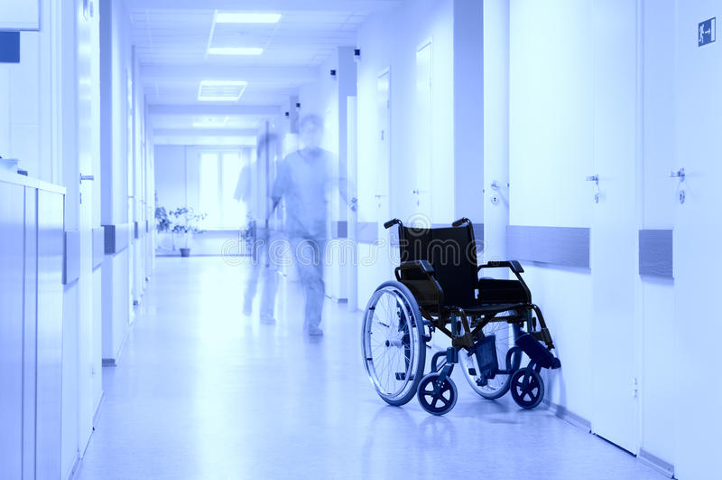 Radstuhl am Flur des Krankenhauses. lizenzfreies stockbild