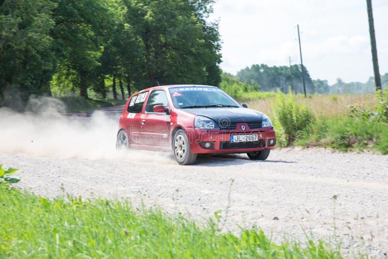 Raduno dilettante, strada non asfaltata, automobile con il cavaliere La Lettonia 2018 fotografia stock