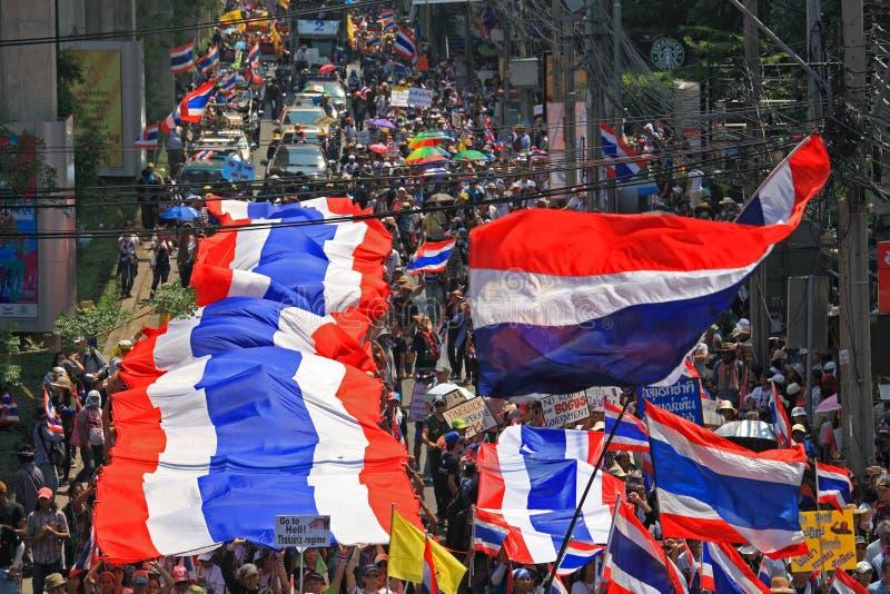 Raduno tailandese dei protestatari con la grande bandiera tailandese immagini stock libere da diritti