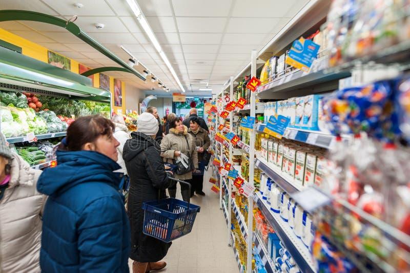 RADVILISKIS, LITUANIA - 22 DE NOVIEMBRE DE 2016: Maxima Shop en Lituania Una de las tiendas más populares califica en Lituania Cl imagen de archivo