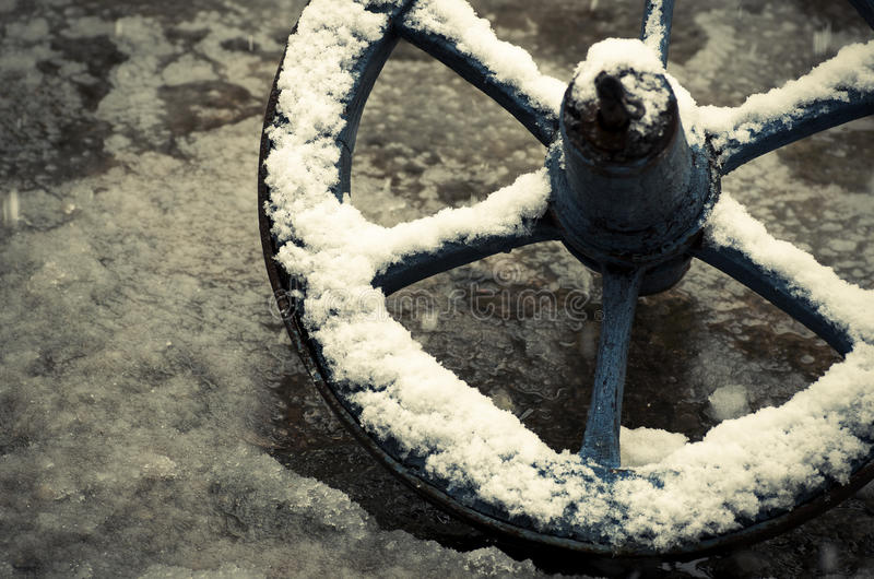 Radwagen bedeckt im Schnee stockbild
