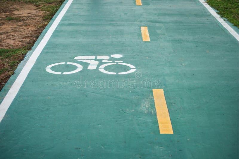 Radweg- oder FahrradVerkehrsschildhintergrund stockfotos