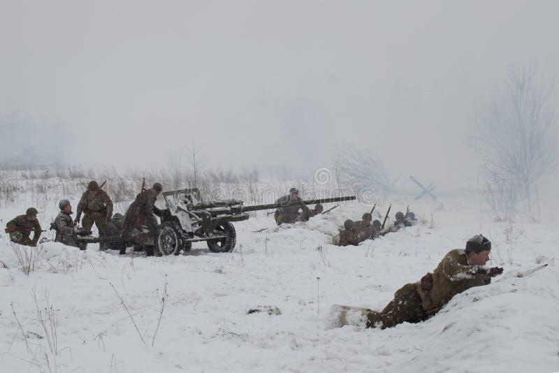 Radziecka artyleria w pozyci Dziejowa odbudowa walki wielka Patriotyczna wojna dla udźwigu blok obraz royalty free