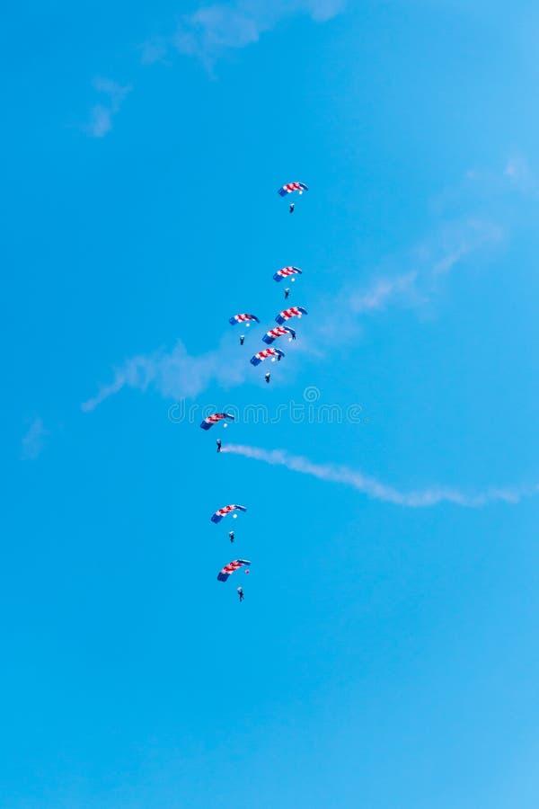 RAF Falcons Parachute Display en el salón aeronáutico de Swansea imagenes de archivo