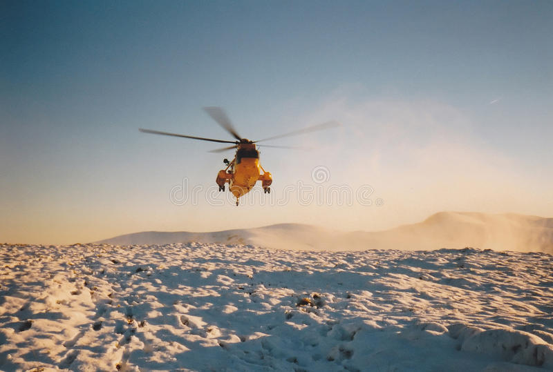 RAF Rescue Seaking Helicopter dans les montagnes photo stock
