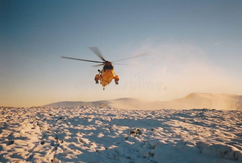 RAF Rescue Seaking Helicopter i bergen arkivfoto