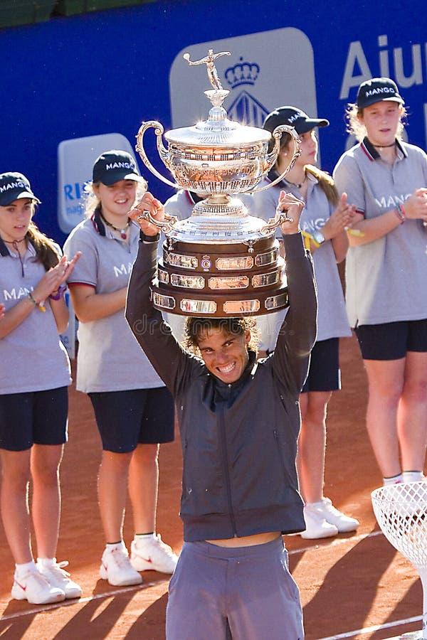 Rafael Nadal avec le trophée images libres de droits