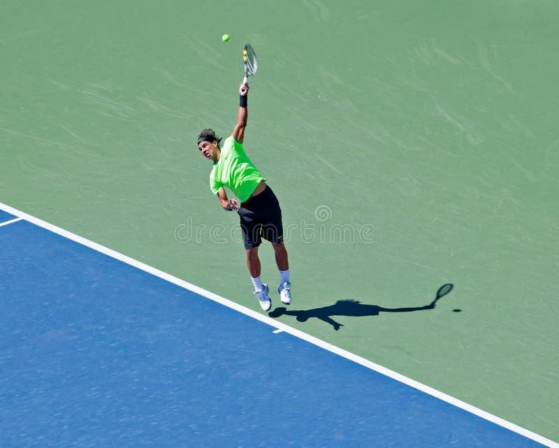 Rafael Nadal des coups de l'Espagne servent pendant les USA ouverts. photos libres de droits