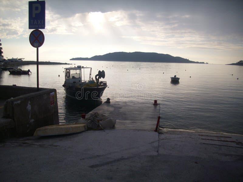 Rafailovici-Region von Budva das Tor für Boote lizenzfreie stockbilder