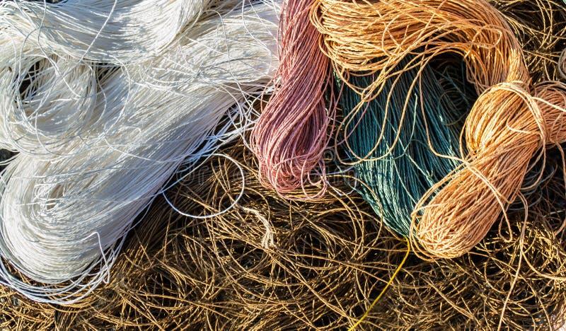 Rafels van de kabelsachtergrond van raffia van de pastelkleur bruine, witte, roze, groene en oranje kleur royalty-vrije stock afbeeldingen