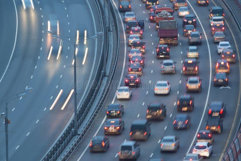 Raffic med rörelsebilar på den Zhivopisny bron royaltyfri foto