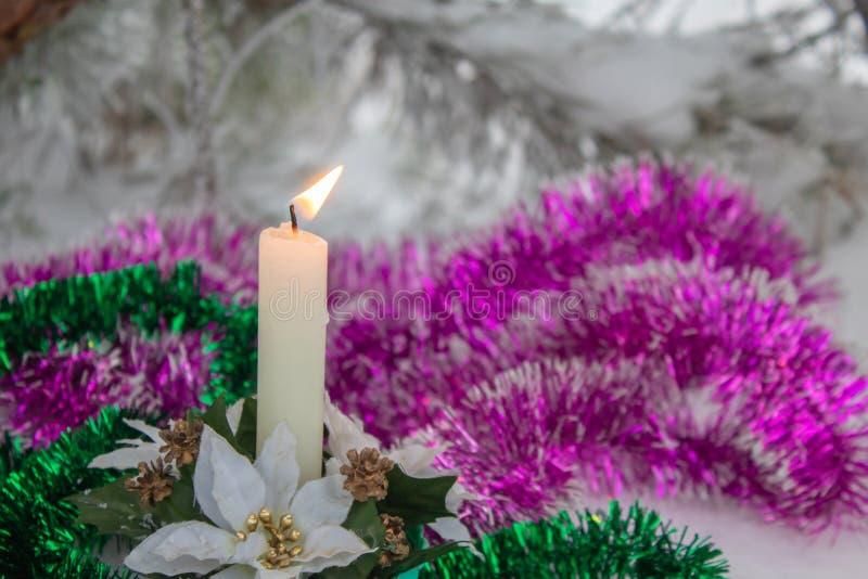 Raffica della candela di combustione del vento Fuoco luminoso Candele chiare fotografia stock libera da diritti