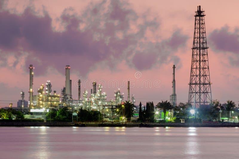 Raffinaderi för fossila bränslenbransch, flodhorisont i morgonen royaltyfri foto