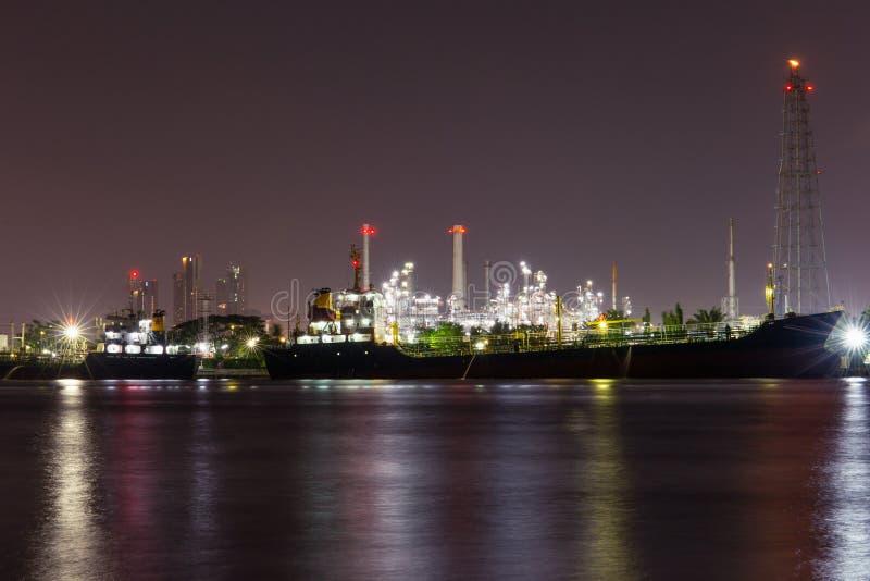 raffinaderi för industrioljeväxt Sikt av den bearbeta fabriken för gas Olja och gasar royaltyfri foto