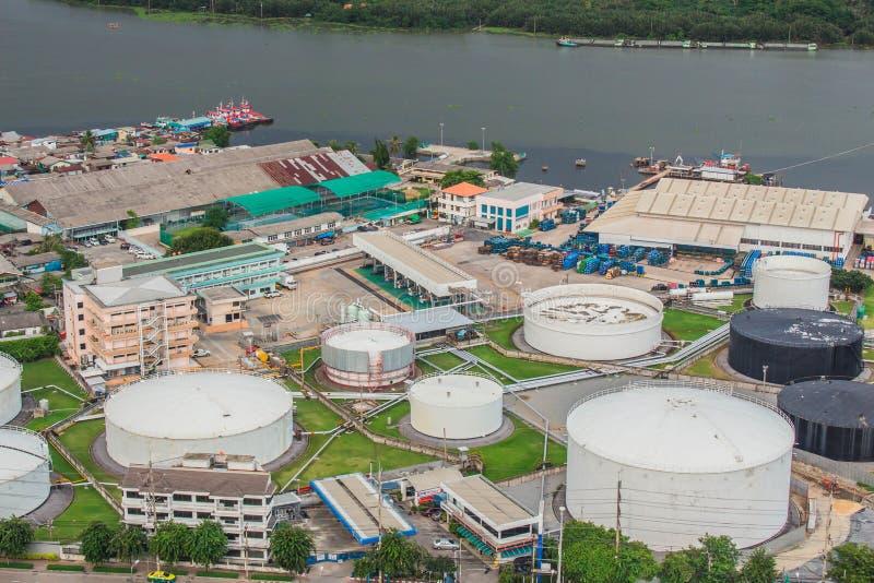 Raffinaderiet på floden i Thailand royaltyfri bild