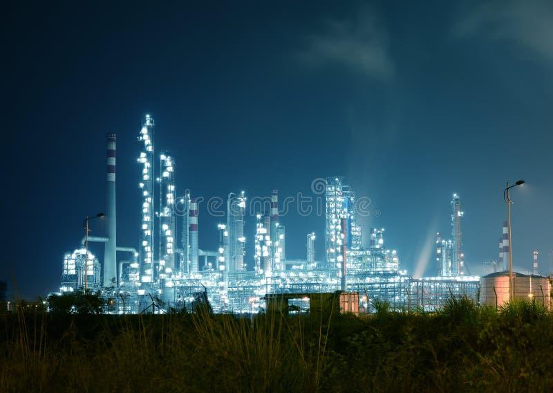 Raffinaderij bedrijf bij nacht stock foto