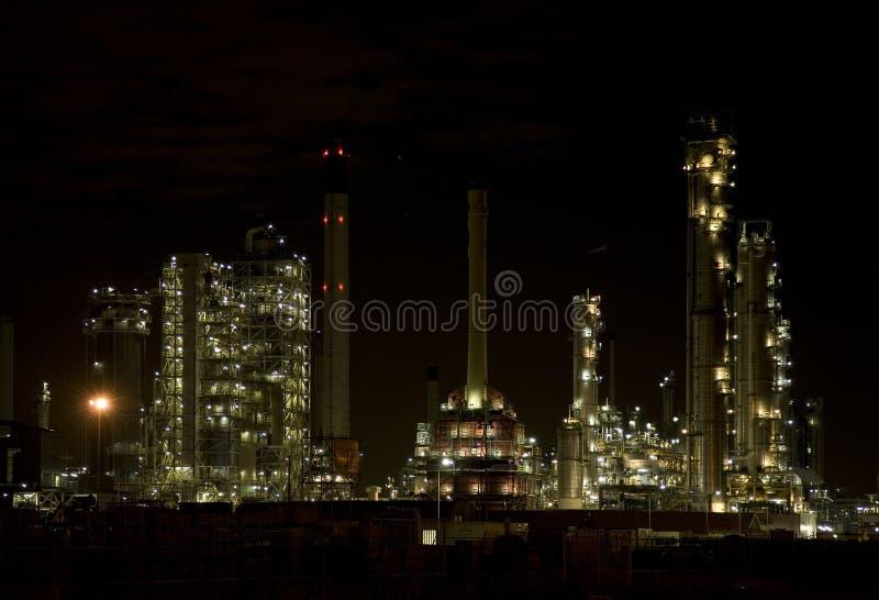 Raffinaderij bij nacht 1 stock foto