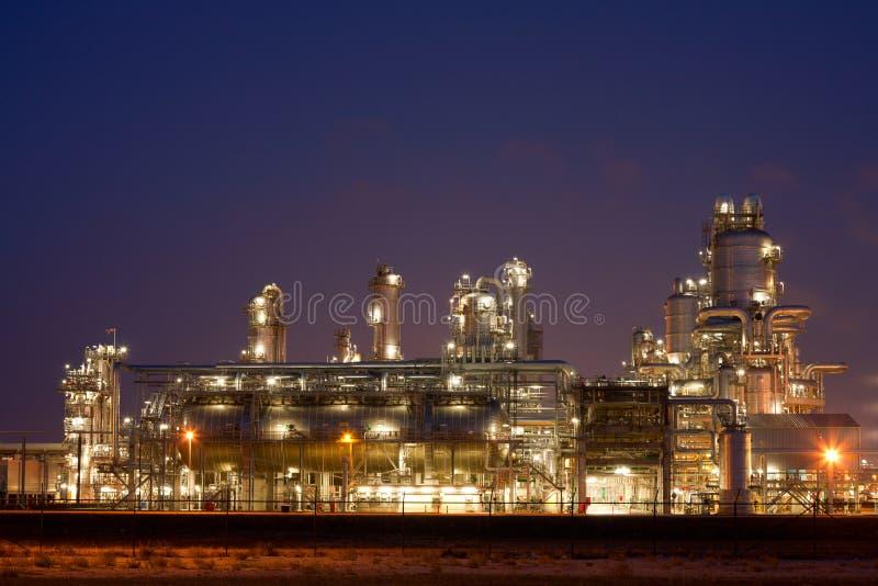 Raffinaderij bij nacht stock foto