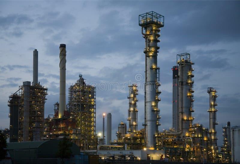 Raffinaderij bij nacht 8 stock fotografie