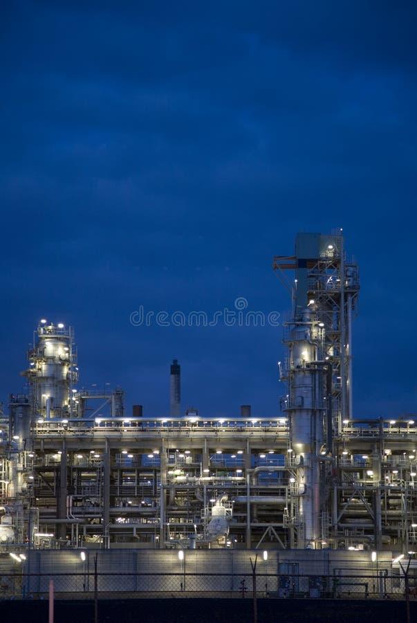 Raffinaderij bij nacht 9 stock afbeelding