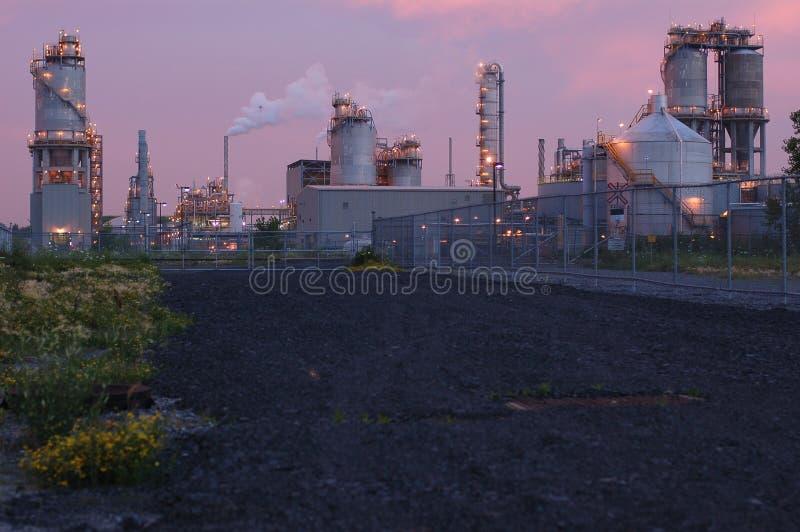 Raffinaderij bij nacht in Montreal (roze versie) stock foto