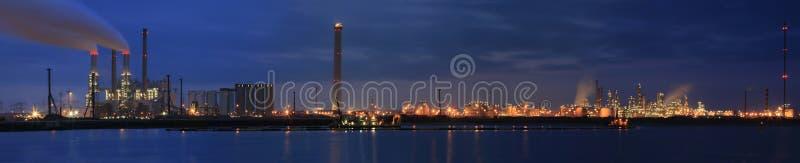 Raffinaderij bij nachtpanorama royalty-vrije stock fotografie