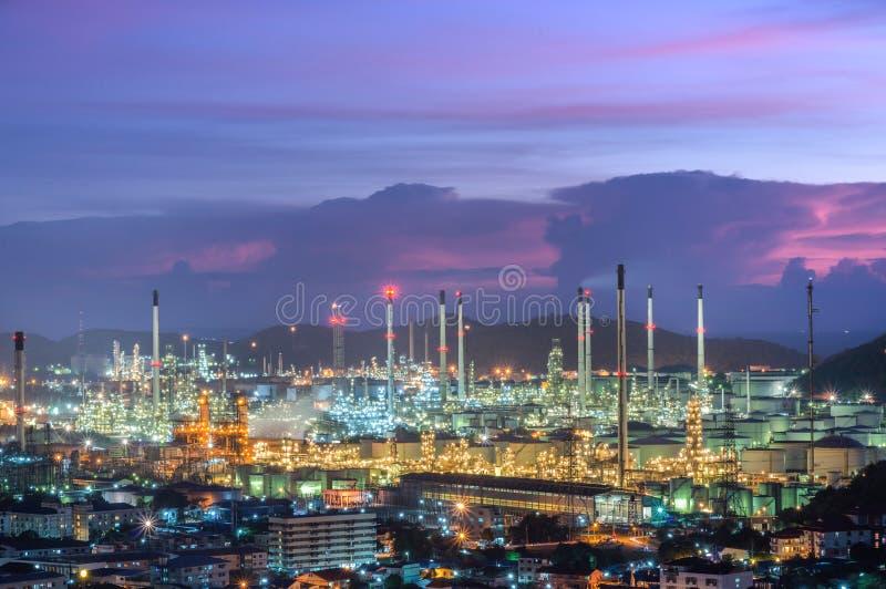 Raffinaderij met buis en olietank langs schemeringhemel royalty-vrije stock foto