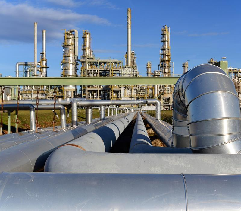 Raffinaderij voor de productie van brandstof - architectuur en gebouwen royalty-vrije stock afbeelding