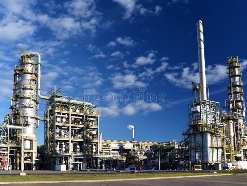 Raffinaderij voor de productie van brandstof - architectuur en gebouwen royalty-vrije stock foto's
