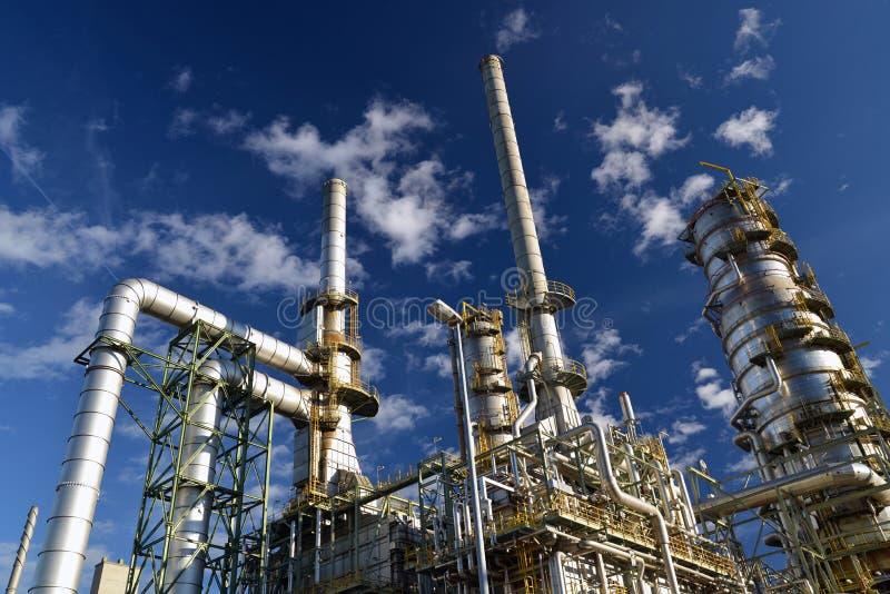 Raffinaderij voor de productie van brandstof - architectuur en gebouwen stock afbeelding