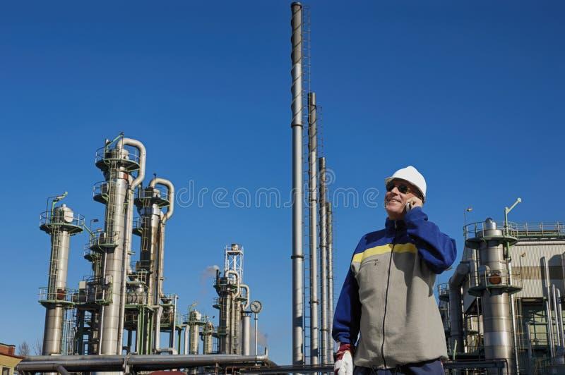 Raffinaderijingenieur en de chemische industrie stock afbeelding