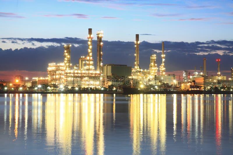 Raffinaderiväxtområde på skymningen arkivbild