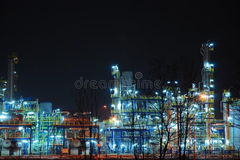 Raffineria alla notte fotografie stock