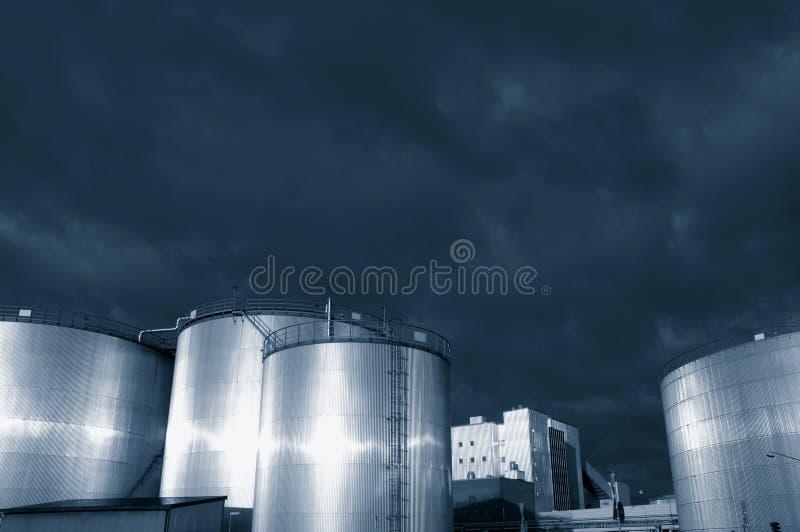 Raffineria dei serbatoi di combustibile al crepuscolo immagine stock libera da diritti