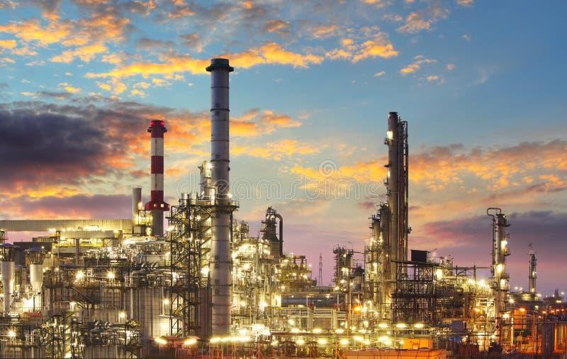 Raffineria del gas e del petrolio a penombra fotografie stock