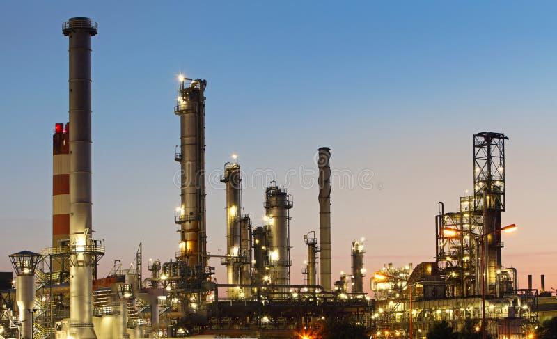 Raffineria del gas e del petrolio a penombra fotografie stock libere da diritti