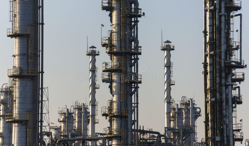 Raffineria del gas e del petrolio a penombra fotografia stock