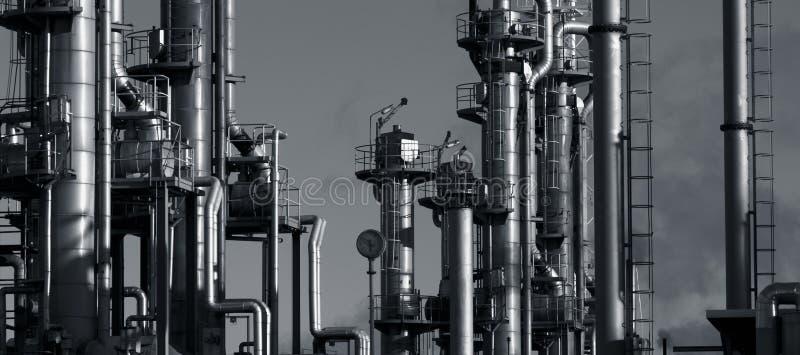 Raffineria del gas e del petrolio in sera fotografie stock libere da diritti
