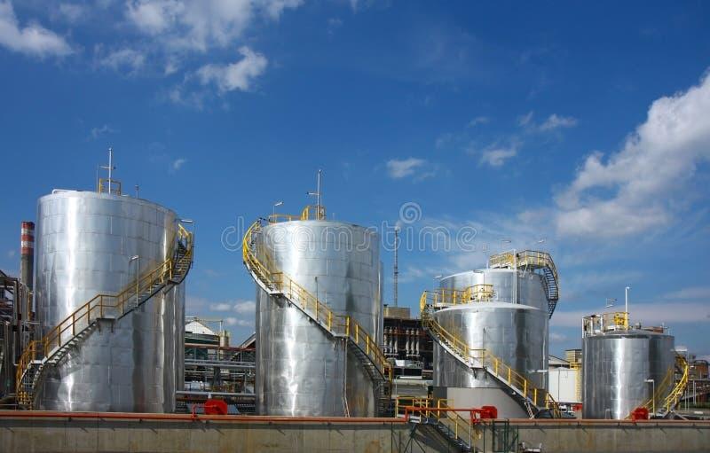 Raffineria di petrolio con i serbatoi fotografia stock libera da diritti