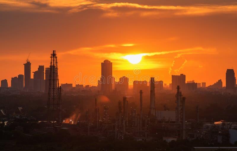 Raffineria di petrolio con la vista di sera della città di Bangkok fotografia stock