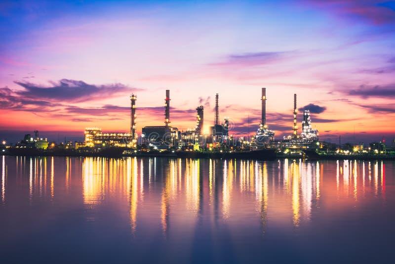 Raffineria di petrolio di alba a penombra a Bangkok, Tailandia fotografia stock libera da diritti