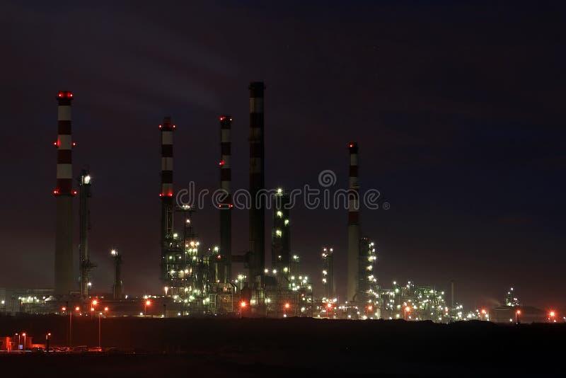 Raffineria di petrolio entro la notte immagini stock