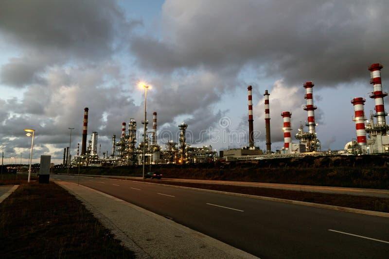 Raffineria di petrolio entro la notte fotografia stock libera da diritti