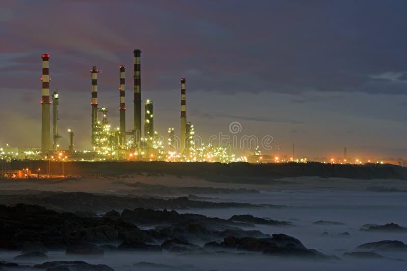 Raffineria di petrolio entro la notte fotografia stock