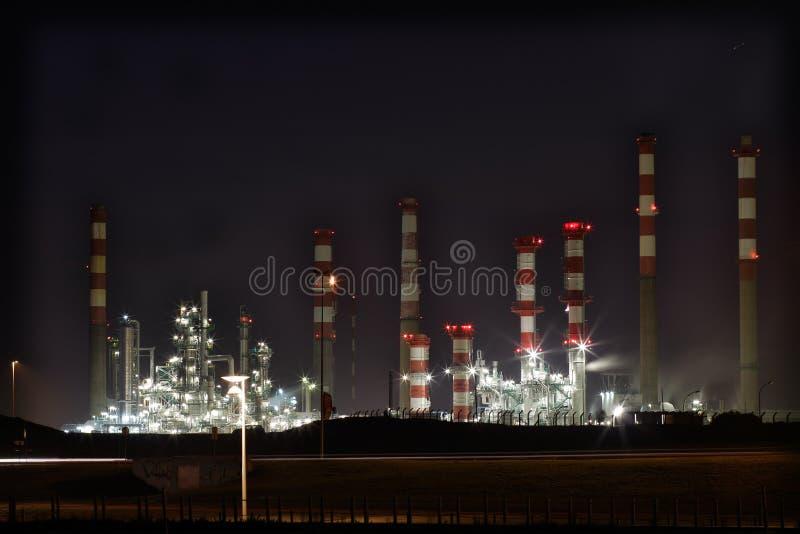 Raffineria di petrolio entro la notte immagini stock libere da diritti