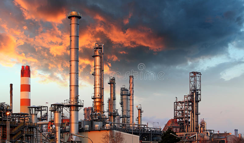 Raffineria di petrolio a penombra immagine stock libera da diritti