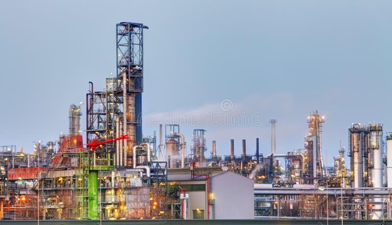 Raffineria di petrolio a penombra immagine stock