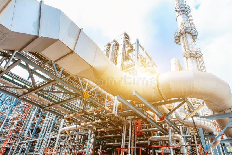 Raffineria di petrolio petrochimica, olio e industria del gas della raffineria, l'attrezzatura di raffinazione dell'olio, primo p immagine stock libera da diritti